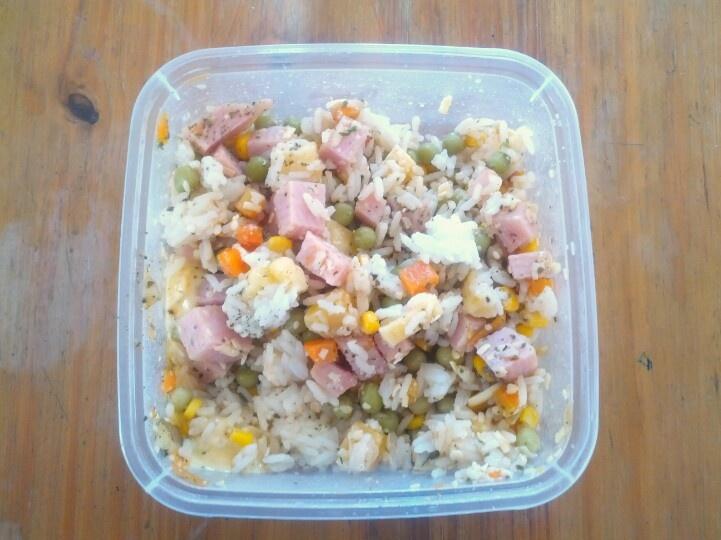 Ensalada de arroz, jamón, queso, arvejas, maíz y zanahoria.