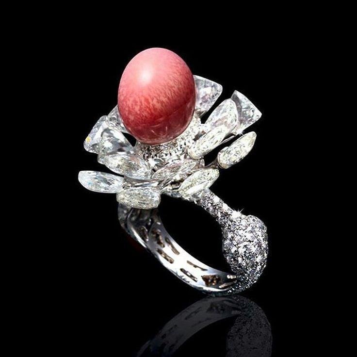 Ring by Karen Suen  in white gold with triangular and round cut diamonds & a conch pearl with 11.21 carats  Regranned from @conch.pearls __________  Sortija de Karen Suen  en oro blanco con diamantes triangulares y redondos junto con una perla de concha de 11.21 quilates  __________  #DeJoyaEnJoya #FromJewelToJewel #JewelryBlog #KarenSuen #KarenSuenFineJewellery #FineJewelry #HighJewelry #ring #anillo #sortija #bague #anello #diamonds #diamantes #ConchPearl #PerlaDeConcha #pearls #perlas…