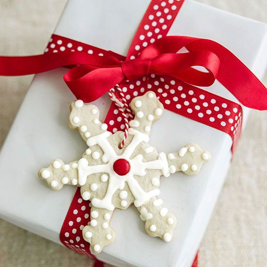 From snowflake wreaths to simple snowflake gift tags, these Christmas crafts shi...