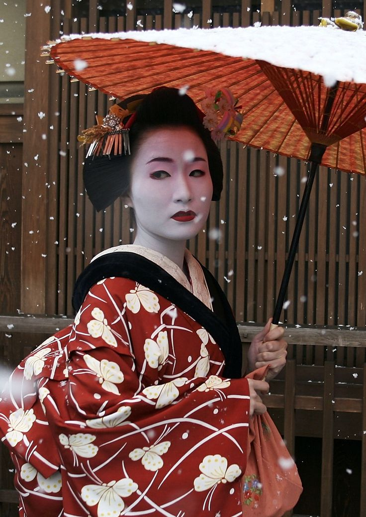 A Maiko, a traditional Japanese dancer, walks in the snow in Gion, Kyoto's famous geisha district, January 7, 2006 in Kyoto, Japan. The ancient city Kyoto attracts the largest number of visitors in Japan and has been increasing every year. (Photo by Koichi Kamoshida/Getty Images)