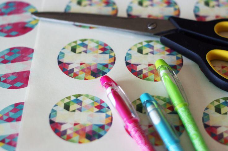 Wystarczą nożyczki, papier samoprzylepny i flamaster, a Twoje przetwory zawsze będą rozpoznawalne! Przeczytaj o naszych etykietach na naszym blogu!