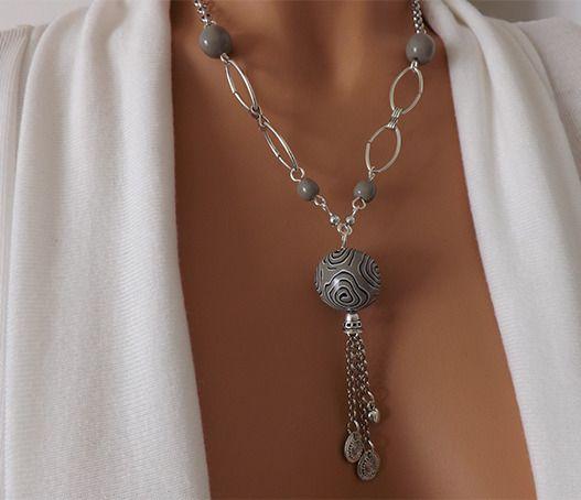 Collier taupe, chic et élégant, perles réalisées à la main. : Collier par vilicreation