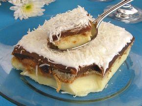 A receita de Pavê Delícia tem esse nome porque combina creme branco com biscoitos, brigadeiro e chantilly, então não tem como esse pavê não ficar delicioso