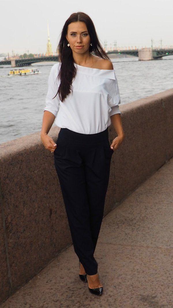 Брюки зауженные с высокой посадкой Классические брюки Высокая посадка Зауженные Цвет: тёмно-синий  Они подходят любой девушке, нужно лишь найти свою модель. Имея в арсенале всего лишь одни черные брюки, можно создать великое множество «сильных» в плане стиля образов.  С чем носить женские черные брюки?  Для вас мы создали офисный лук, и какие брюки просто необходимы для образа в стиле street style. Скидка 10%