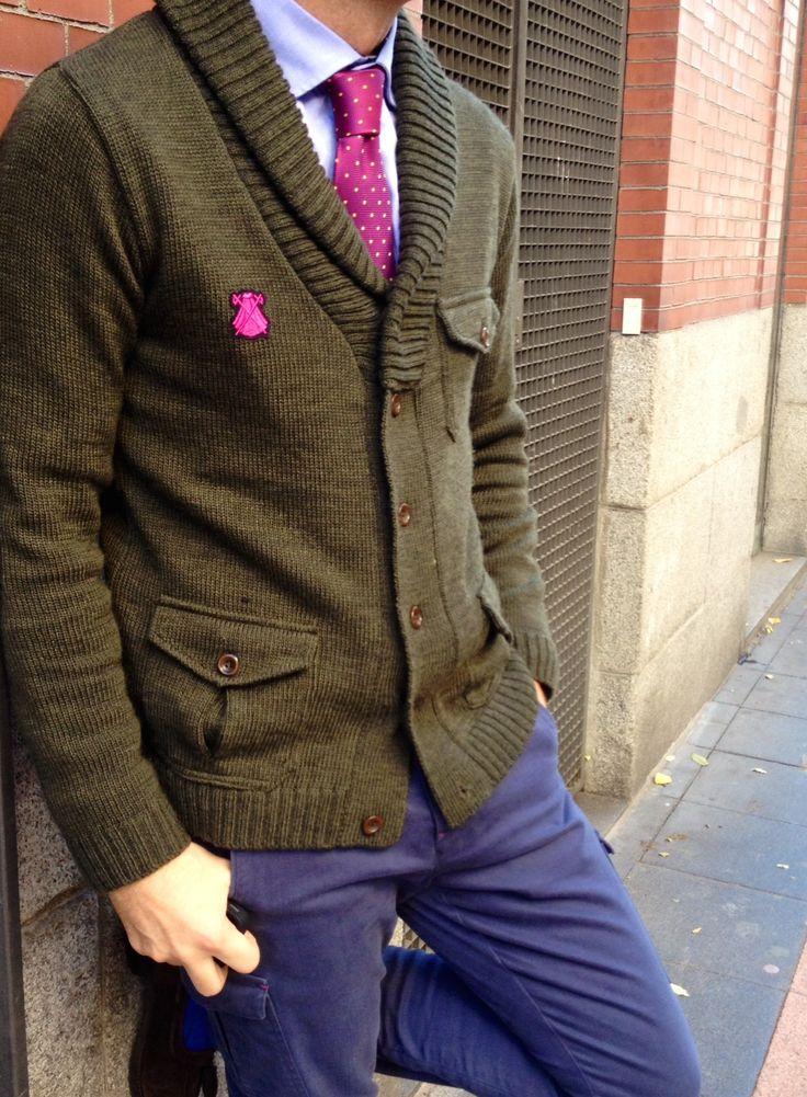 Cardigan kaki + corbata morada=éxito seguro!