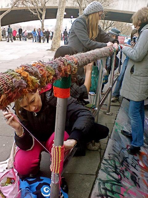 London Guerilla Knitting: Our S London guerilla's go to work by Deadly Knitshade, http://restreet.altervista.org/guerrilla-knitting-la-street-art-delle-casalinghe/