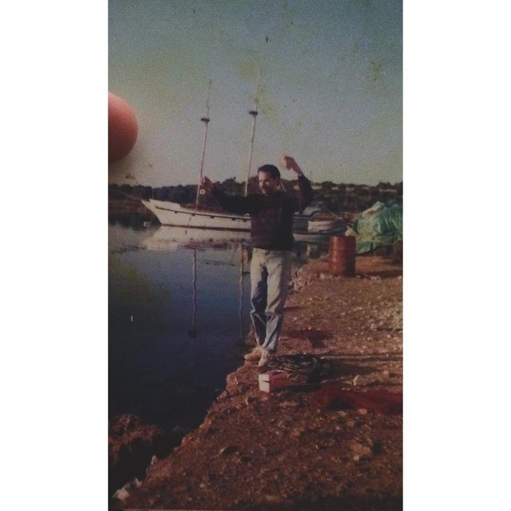 Bugün Ata Sporumuz olan balıkçılığı icra etmek adına Foça Spin Avı Turnuvasına katılıyorum. Bu fotoğraftaki babamdır. Kendisi Levrek yakalamanın zor zanaat olduğu yıllarda yemli takımlarla suyu dövme sanatını keyifle icra etmiştir. Ondan devir aldığım balıkçılık ve avlanma mevzuatını yeni foçanın serin sularında sergileyeceğim. Yarın sabah güzel ve trofe balık kareleri ile karşınızda olmak dileğiyle. Tüm katılımcı arkadaşlara başarılar dilerim. #fish #fishing #yenifoça #labrax #lavraki #hunt…