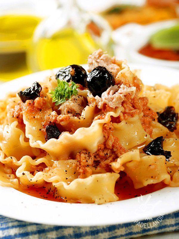 Pasta with tuna and olives - Ecco un primo davvero facile: le gustosissime Reginette con tonno e olive sono un jolly in cucina da tirare fuori dal cilindro quando si ha poco tempo. #reginettealtonno