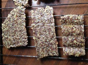 Crackers http://eenecomamavertelt.blogspot.nl/2013/03/over-zelfgemaakte-crackers.html