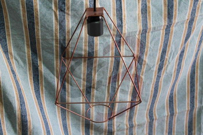 Lampada a sospensione realizzata in metallo e verniciata color rame. Saldatura e piegatura realizzata a mano