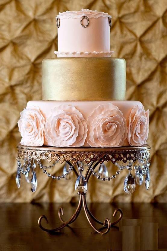 pictures of pink and gold tablescapes | Decorado com rosas e pasta americana pintada em tinta comestível ...