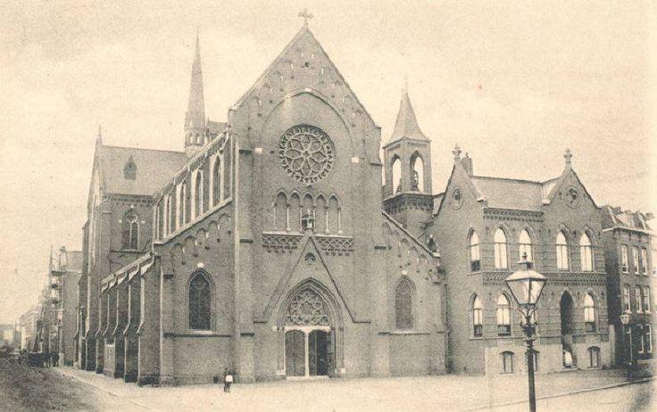 1898 Verlengde Kruiskade De katholieke Sint-Josephkerk op de hoek van de West-Kruiskade en Sint Mariastraat, het in 1968 voor de eredienst gesloten gebouw onderging in 1928 een gedaanteverwisseling door de bouw van een nieuwe voorgevel met toren.
