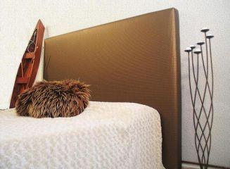 Elegante y distinguido Cabecero tapizado liso en Similpiel tejido de alto diseño con costura simple y sin pespunte de adorno.  Amplisima gama de acabados, colores y texturas ( ver carta de colores ).  ESTRUCTURA  - Bastidor de madera de pino maciza de 50x25 mm  - Base sobre tablero melaminico de 22 mm  TAPIZADO  - Tejido Similpiel de alta resistencia, no porosa.  - Ejecución Liso.  - Acolchado en todo el perímetro con fibra de 125 gr.  - Acolchado en zona central con poliuretano