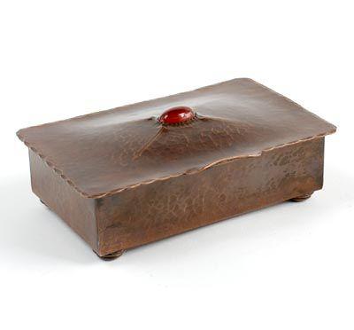 Botterweg Auctions Amsterdam > Roodkoperen gedreven dekseldoos met geciseleerde decoratie en met cabochon geslepen carneool, ontwerp & uitvoering toegeschreven aan H.Methorst / Zeist ca.1920