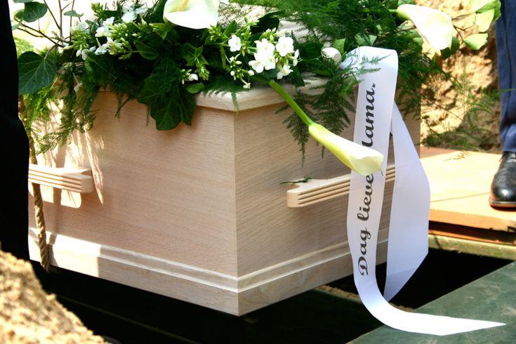 Kist met bloemen, begrafenis, graf