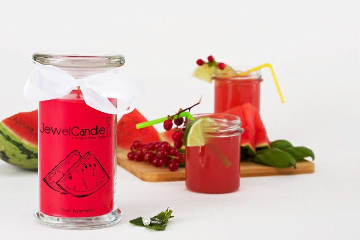 Cette bougie parfumée à la pastèque avec sa jolie bague en argent est un rafraichissement idéal pour les chaudes soirées d'été.