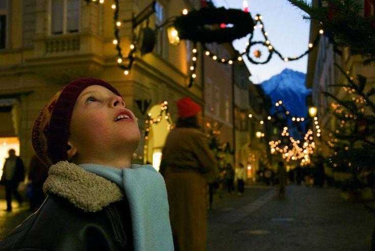 """""""Non vi è nulla di più triste che svegliarsi la mattina di #Natale e scoprire di non essere un bambino."""" (Erma Bombeck) http://blog.viaggiverdi.it/2013/11/mercatini-di-natale/  #Foto Portici di #Merano, di SMG A. Filz, via Flickr"""