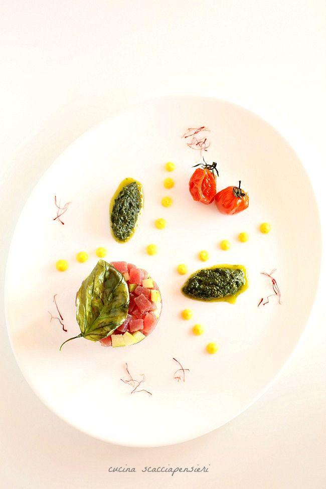 Tartare di tonno e mela verde con quenelles al basilico e maionese allo zafferano