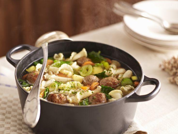 Nudel-Gemüse-Suppe mit Hackklößchen | Zeit: 40 Min. | http://eatsmarter.de/rezepte/nudel-gemuese-suppe-mit-hackkloesschen
