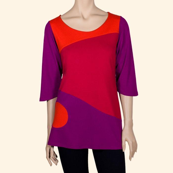 Camiseta abstracta de manga 3/4 que combina el rojo, el naranja y el morado. #ModaMujer #Pop #camisetasDivertidas #RopaSostenible