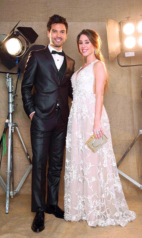 Chino Leunis, con smoking de Mis Amigos Intimos; su mujer, Karin Rodríguez, con vestido de Laurencio Adot. - Martín Fierro 2016