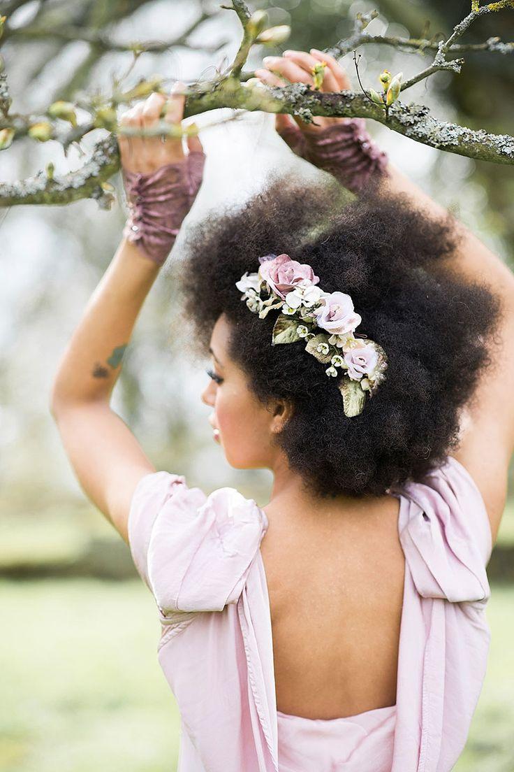 Een side braid met haar accessoire in de vorm van bloemen