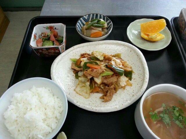 9月25日。回鍋肉、里芋と揚げの煮物、胡瓜とトマトの酢の物、冬瓜の中華スープ、オレンジでした!586カロリー、たんぱく質25g、塩分3.2gです♪