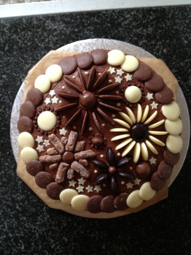 Cake Decorating With Chocolate Buttons : 94 best images about Food -Cool Cakes- on Pinterest ...