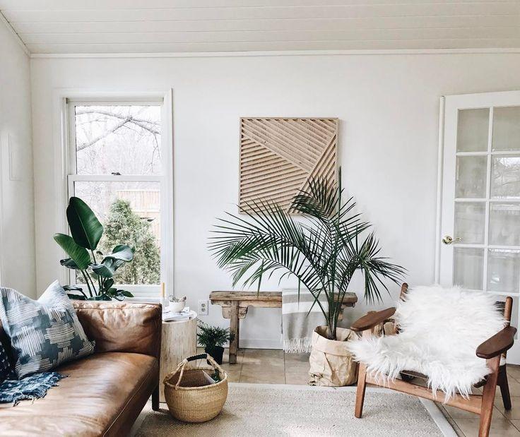 Salón a la moda: blanco, plantas, materiales naturales y mobiliario vintage.