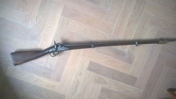 Beiers infanteriegeweer model 1826  Er staat een A op het houtwerk waarvan ik vermoed dat het staat voor AMBERG. In het houtwerk is op twee plekken STC gestempeld. op het slot is nog iets te zien maar dit is niet leesbaar. In dit model werden soms Oostenrijkse of andere onderdelen gebruikt. De pompstok ontbreekt. Op de een van de banden staat een B en op de andere een G met een ster erboven. Het mechanisme van het geweer is omgezet van vuursteen naar percussie. Mechanisme werkt goed veren…