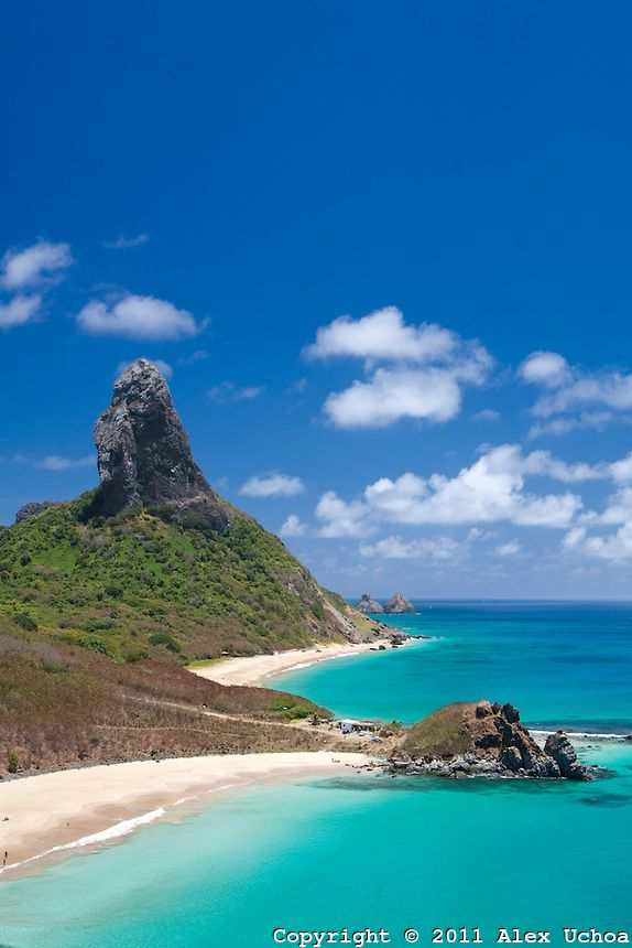 Vista da Fortaleza Nossa Senhora dos Remedios a partir do qual se observa, na ordem, praia do meio, praia da conceição, morro do pico e ao f...