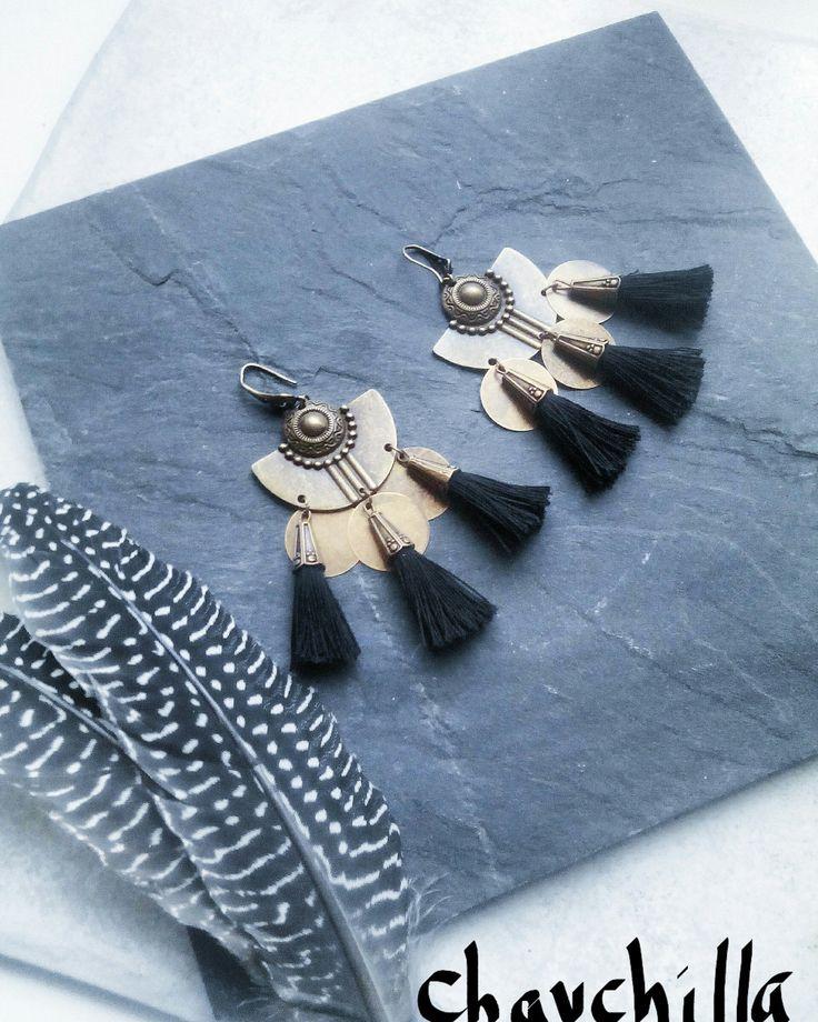 Boucles d'oreilles pompons noirs, breloques, bronze, bohème gypsy ethnique de la boutique Chauchilla sur Etsy
