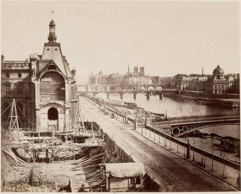 notre dame louvre Notre Dame en décembre 1867 avec les 3 plus célèbres ponts de Paris : l'ancien Pont du Carrousel, le Pont des Arts et le Pont-Neuf © Édouard Baldus / Musée d'Orsay