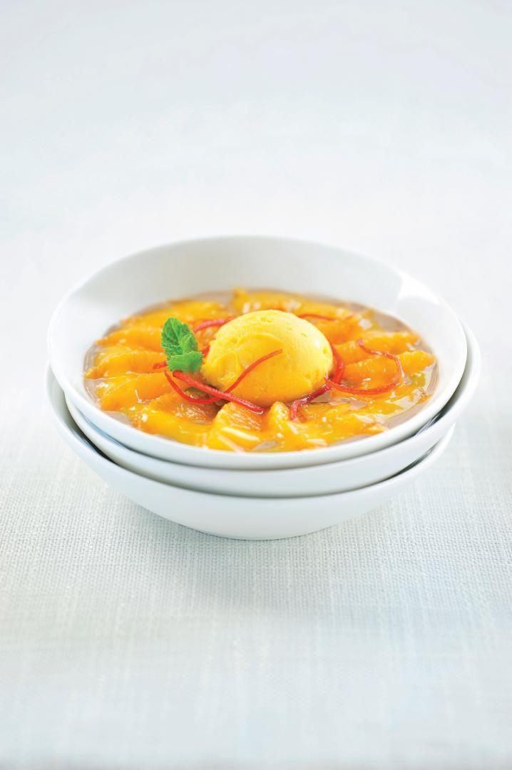 Flan van chocolade met mandarijntjes en mangosorbet http://njam.tv/recepten/flan-van-chocolade-met-mandarijntjes-en-mangosorbet