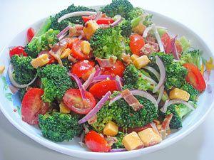 Рецепт №1: Салат из брокколи с помидорами и беконом