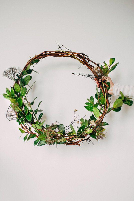 Zelf een kerstkrans maken van druiventakken en laurier   DIY - wreath
