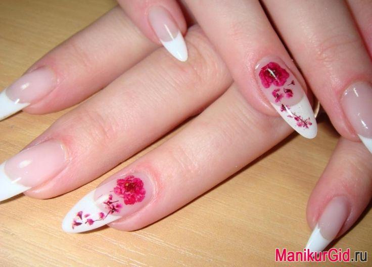 Красные цветы: все ногти выполнены в стиле френч, на ногтях безымянного пальца нарисованы изящные красные цветы.