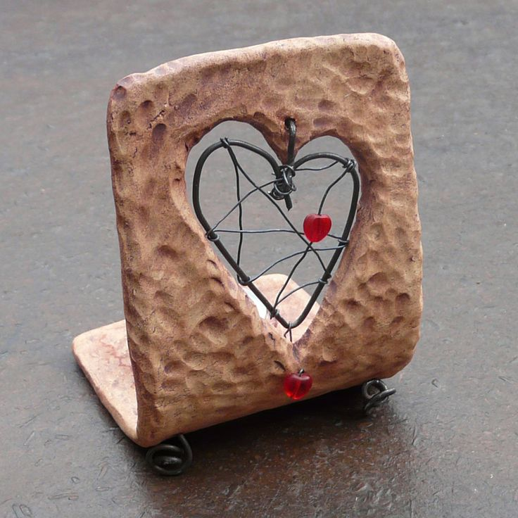 Srdeční záležitost... - keramický svícen Keramický svícínek s mnoha srdíčky na čajovou svíčku ozdobí váš interiér i za bílého dne. Svícínek je vyrobený ze šamotové hlíny a dobarvený do hněda s nádechem červené. Drátované srdíčko a nožky doplňují dva červené skleněné korálky ve tvaru srdíčka. Vyrobeno s láskou podle momentální nálady a inspirace - ...
