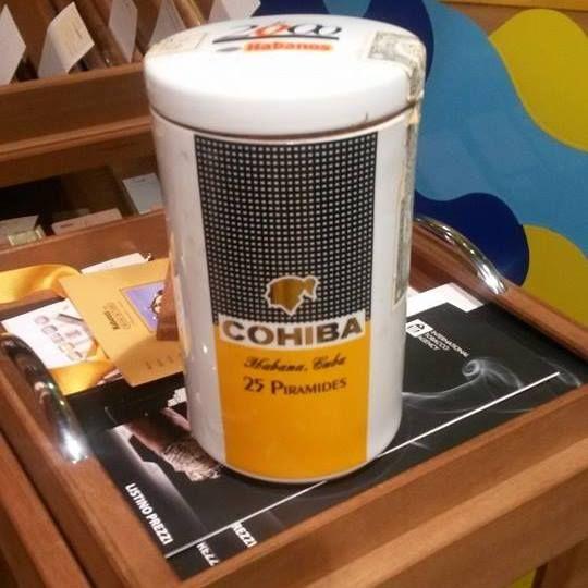 Su Bug trovi anche The Cigar Corner, tabaccheria, edicola e cartoleria specializzata nella vendita di sigari cubani, pipe e tutti gli accessori corredati come le scatole porta sigaro in legno.