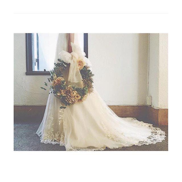 💐✨✨ . カラードレスのブーケは絶対リースブーケが持ちたい‼︎ と、妄想中です♡ . 後でもお部屋に飾れるように、プリザーブドフラワーか、アーティフィカルフラワーがいいなぁ…♡ 皆さんどこで作ってもらってるのだろう… . 考えなきゃいけない事は沢山ありますね! . #プレ花嫁 #結婚式準備 #軽井沢高原教会 #ブレストンコート #結婚式 #ブーケ #リースブーケ #オーダー #カラードレス