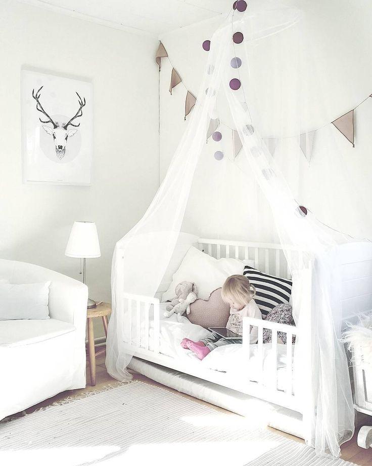 Lastenhuoneen ihana tunnelma täydentyy pienistä yksityiskohdista ja riippukankaasta sängyn yllä.