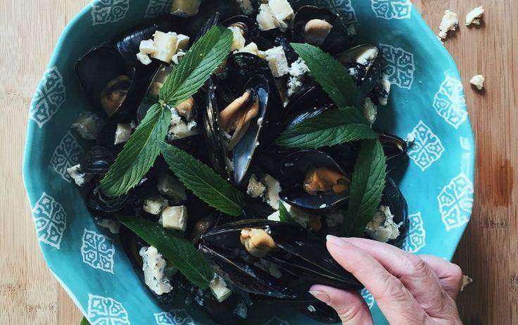 Émiettez un fromage à pâte persillée, tel que le Bleu Extra-Fort Saint-Benoît-du-Lacou le Bleu Bénédictin, sur les moules encore chaudes, directement après leur cuisson. Garnissez de persil ou de menthe fraîche, puis servez.