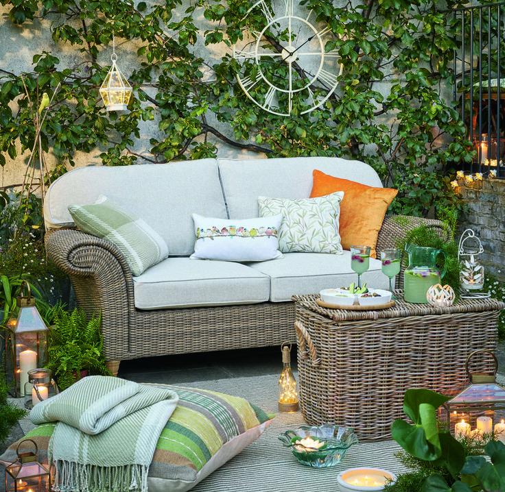 Уличная мебель из ротанга и мягкими подушками, красивый уличный декор, подсвечники