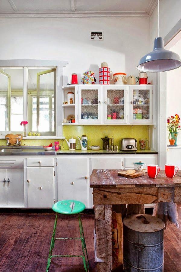 cuisine au look totalement vintage avec sa table en bois et sa suspension en métal
