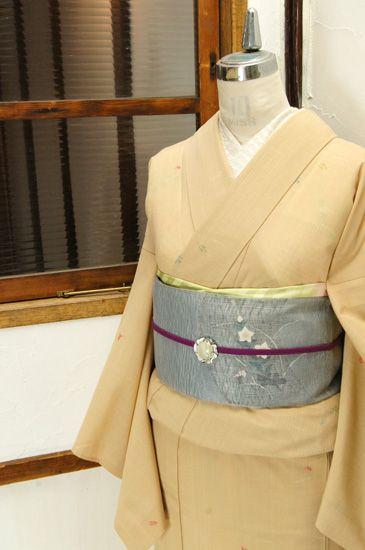 丁子を用いて染めだしたような味わい深い淡い白茶の地に、はらりはらりと舞い降りるような木の葉模様が浮かび上がる化繊の夏着物です。 #kimono