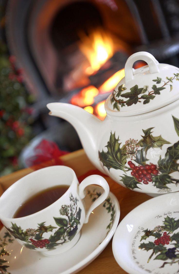 Een heerlijk kopje thee en een knapperend haardvuur... Genieten met The Holly & The Ivy van Portmeirion. (Bron: www.deserviezen.nl)