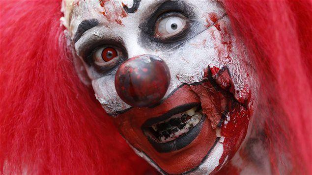 Un clown lors d'une marche de zombie