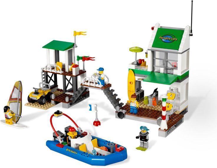 De LEGO® City jachthaven biedt alles wat een strandliefhebber kan wensen. Terwijl de strandwacht vanuit zijn uitkijktoren alles in de gaten houdt, kun jij plezier gaan beleven. Rij met de quad langs het strand, ga lekker windsurfen of ga varen met