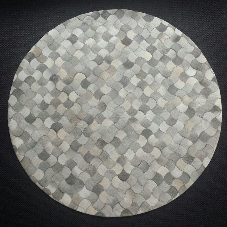 Dit bijzondere karpet moeten jullie zien! Een karpet van allemaal stukjes koehuid! Is dit gaaf of is dit gaaf?