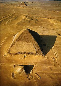 La pirámide de doble pendiente llamada también romboidal, debe su nombre al cambio de inclinación de las paredes del monumento, que decidieron los constructores a mitad de la obra. Pirámide de Snefru, Dinastía IV, año 2596  A.C.